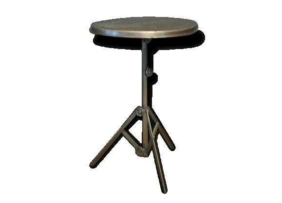 Table ronde en métal sur pied tripode