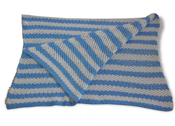 Couverture enfant à bande bleues et banches.