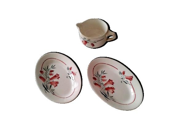 Ensemble de deux plats et d'une grande tasse ou saucière motif de campanules Saint-Amand