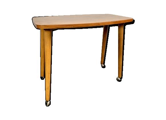 Table basse vintage en bois sur roulettes
