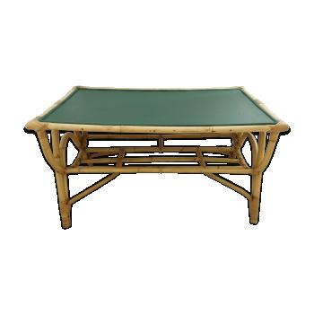 Table basse en rotin avec plateau vert profond