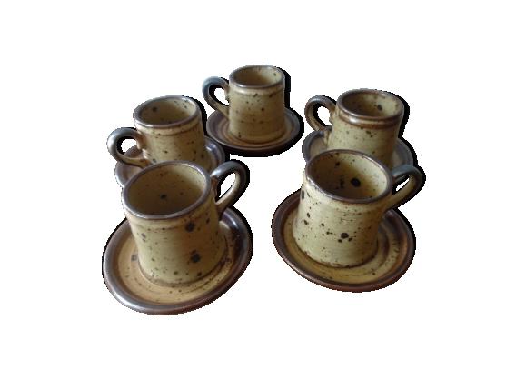 Tasses à café et soucoupes en grès