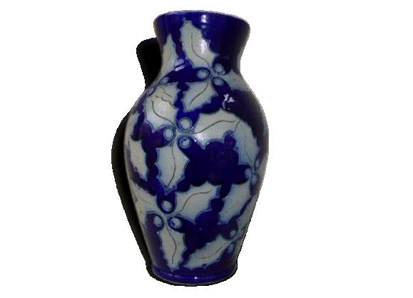 Vase en grés d'Alsace, bleu marine, motif feuilles de houx, estmpillé et numéroté vintage