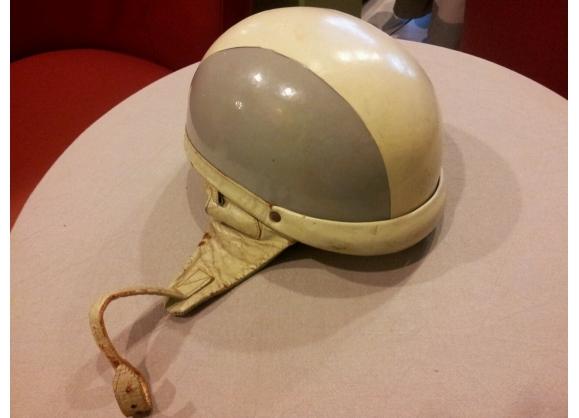 casque de moto vintage des ann es 60 plastique gris bon tat vintage 45170. Black Bedroom Furniture Sets. Home Design Ideas