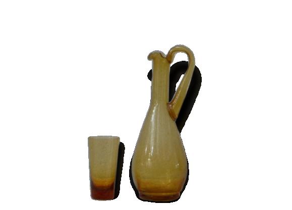 Carafe et son verre, en verre soufflé de style biot, ocre vintage 1970