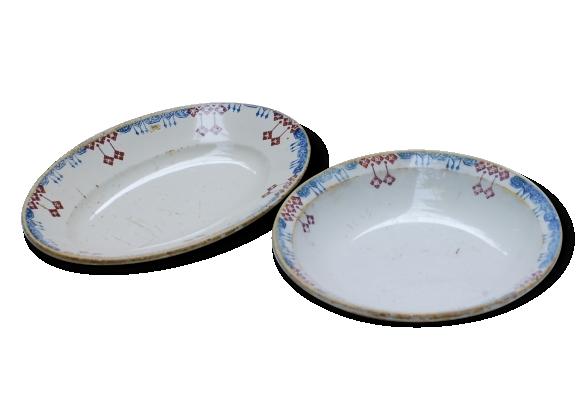 Lot de deux plats en faïence avec un décor géométrique rouge et bleu