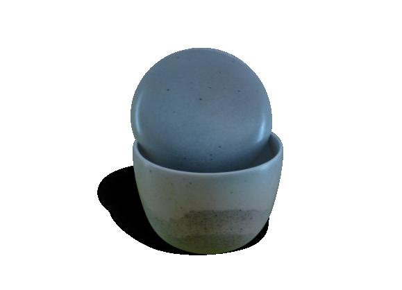 Pot couvert en porcelaine de virebent puy l'eveque