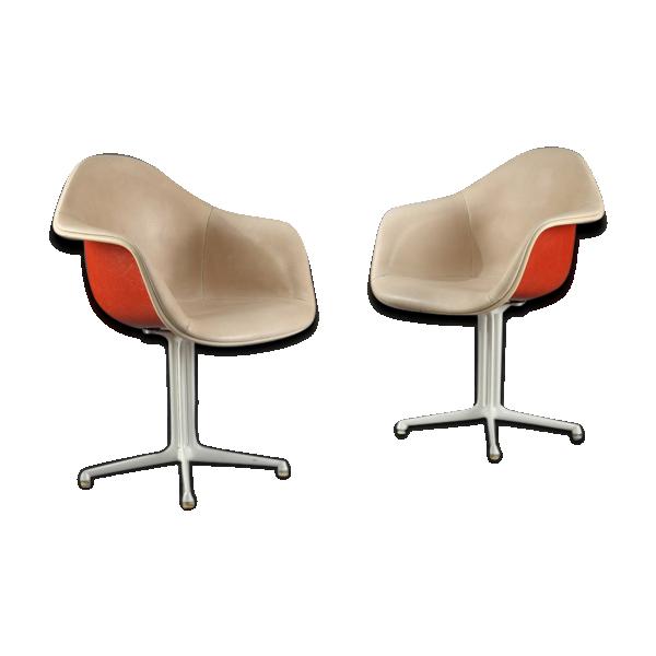 Paire de fauteuils la fonda de charles et ray eames for Fauteuil eames fibre de verre
