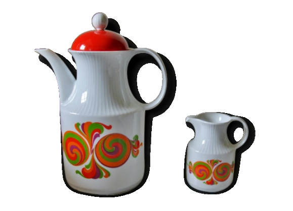 Une théière ou cafetière avec couvercle et son petit pichet à lait.