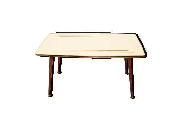 table basse avec sabots en laiton et plateau en formica formica jaune bon tat. Black Bedroom Furniture Sets. Home Design Ideas