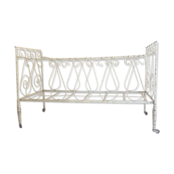 lit en fer forg fer blanc bon tat vintage ac2fbdf2b8cc3a03aff7237e902fa0bb. Black Bedroom Furniture Sets. Home Design Ideas