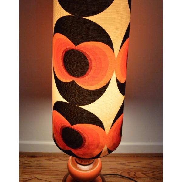 lampe de sol aux motifs psych d liques des ann es 70 bois mat riau multicolore bon tat. Black Bedroom Furniture Sets. Home Design Ideas