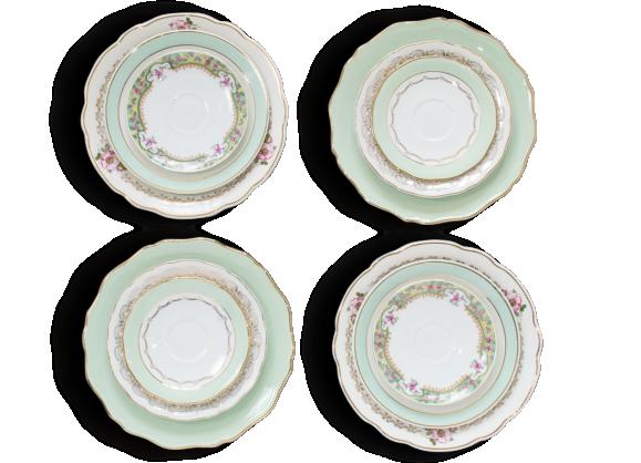 Assortiment de 12 assiettes dépareillées en porcelaine et demi-porcelaine. Tons vert et or et décor fleuri.