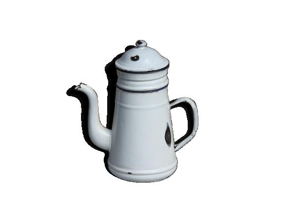 Jolie cafetière émaillée blanche pour la décoration