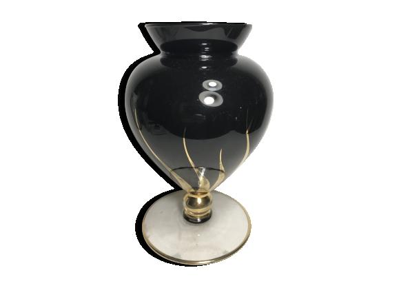Vase ancien sur pied verre noir, dessins dorures
