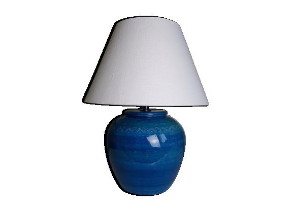Lampe boule en céramique bleue décorée de motifs géomètriques en creux.
