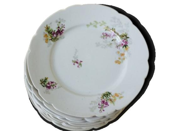Série de huit assiettes à dessert en porcelaine