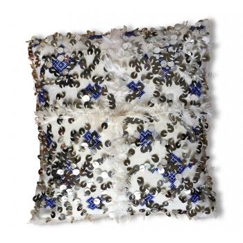 Coussin kilim bleu et blanc à sequins