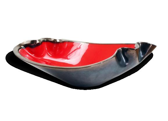 Plat en céramique rouge et noir des années 50