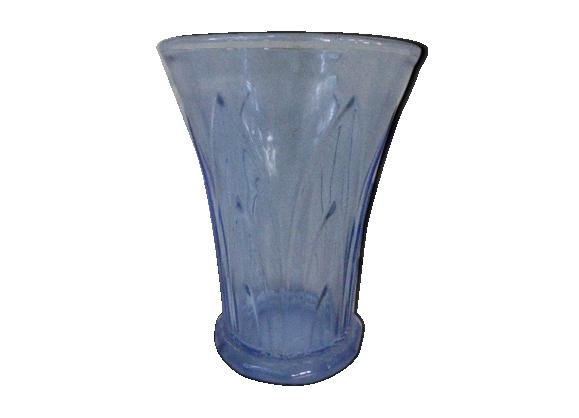 Vase bleu, motifs de feuillage en relief