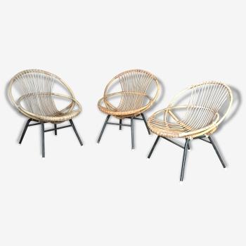 Suite de trois fauteuils de forme corbeille en rotin et métal