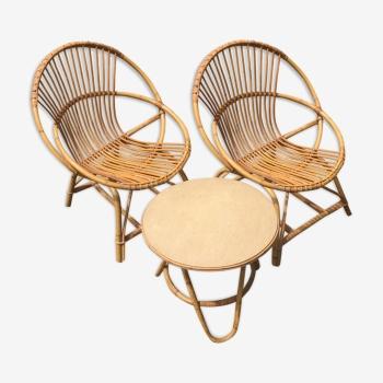Ensemble de deux fauteuils corbeille en rotin et d'une petite table