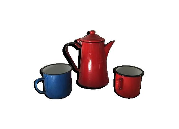 Cafetière rouge émaillée avec deux mugs