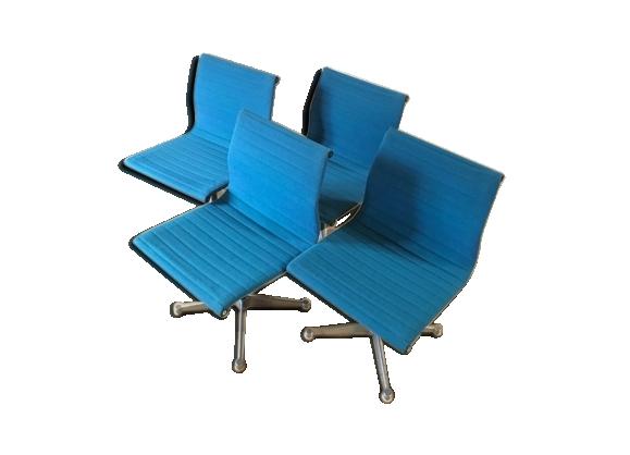 Un lot de 4 chaises EA105 de Charles & Ray Eames