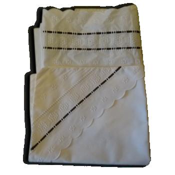 Un ensemble drap et taie de landeau ou lit d'enfant